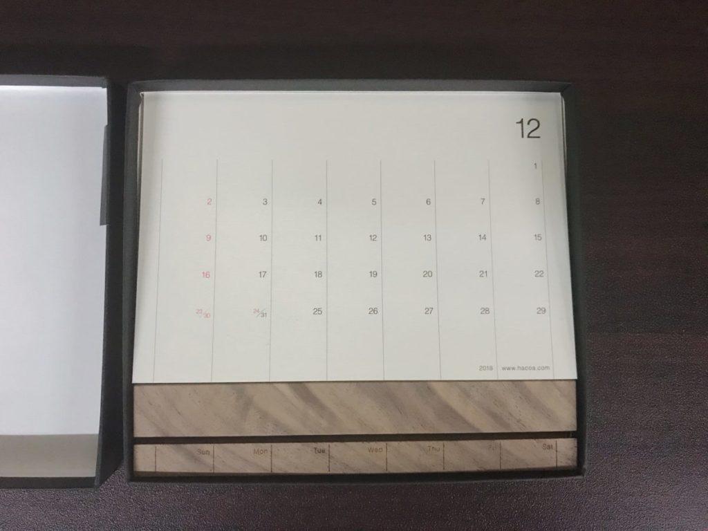 Hacoaの木製卓上カレンダーは曜日刻印できる(+500円)
