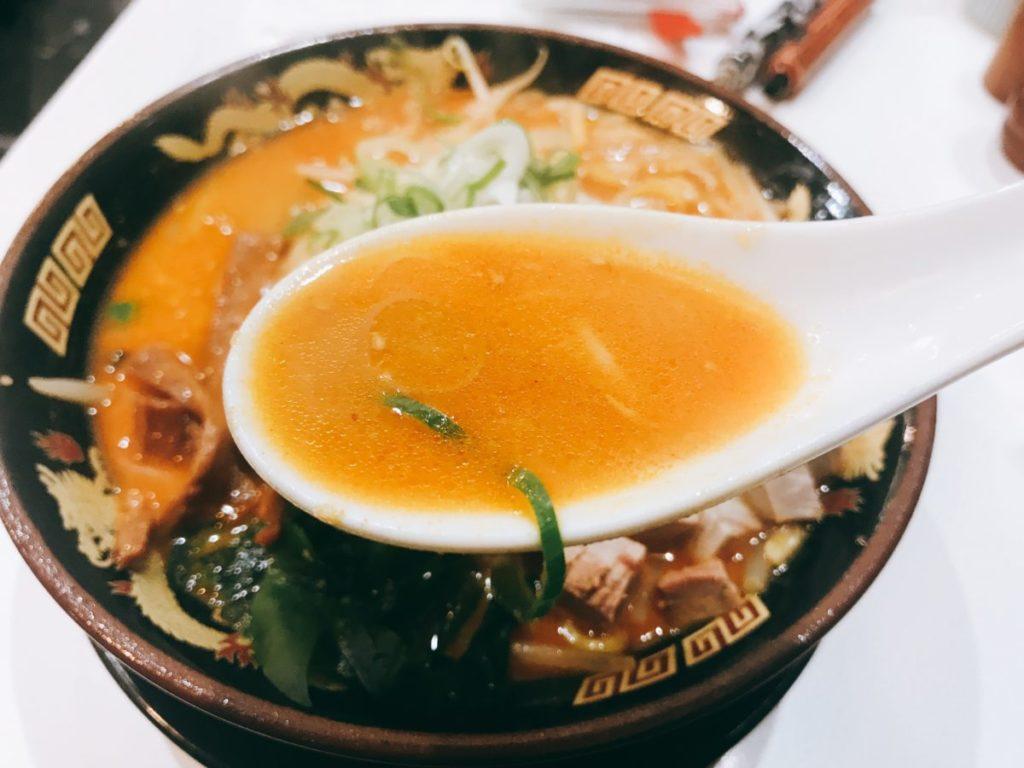 北海道ラーメン みそ熊(北千住店)の辛味噌ラーメン(780円)とサービス餃子